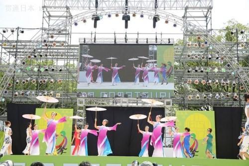 华丽的水莲舞(日本《中文导报》)