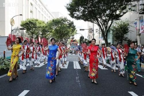 列队行进在日本中部都市名古屋繁华地段大津通(日本《中文导报》)